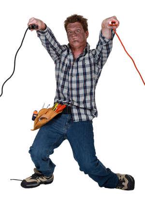descarga electrica: El hombre recibe una descarga eléctrica
