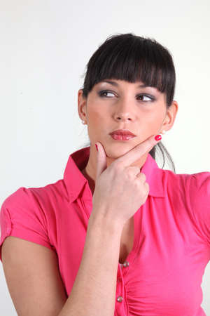 discreto: Mujer pensativa con la mano en la barbilla
