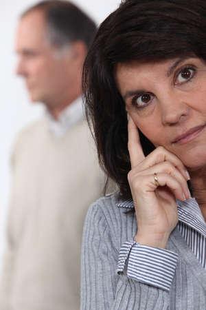 problemas familiares: Una pareja de mediana edad que tiene un argumento. Foto de archivo