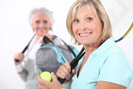 jugando tenis: Las mujeres de edad jugando al tenis