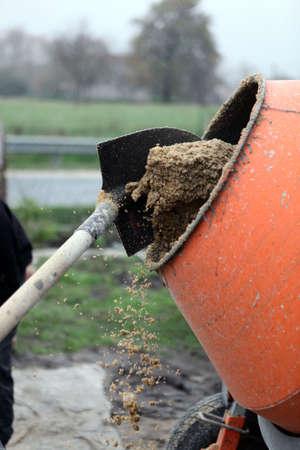 batch: Mason mezclar un nuevo lote de cemento