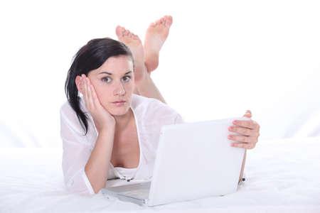 Erschrocken Frau mit ihrem Laptop Standard-Bild