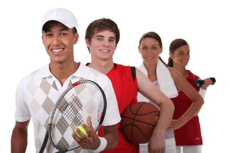 racket sport: Cuatro adolescentes vestidos para diferentes deportes