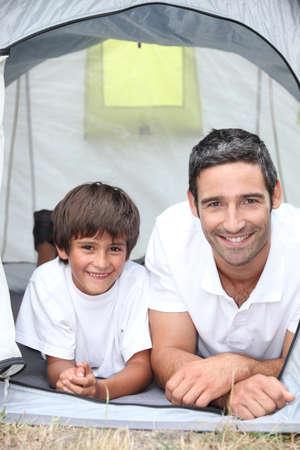 sotto la pioggia: padre e figlio al campeggio