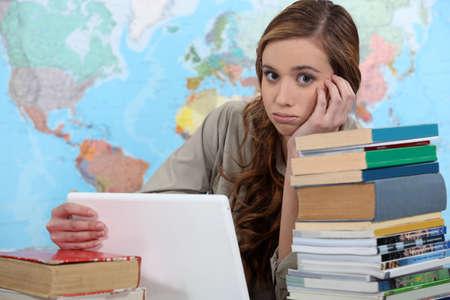 wanhopig: meisje studeren op haar bureau