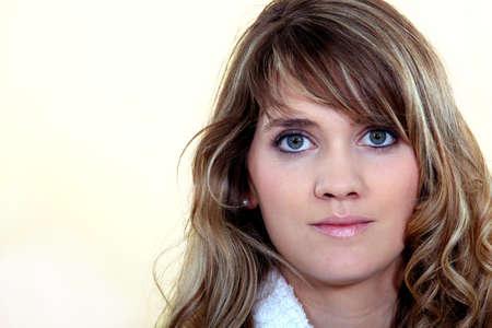 pelo castaño claro: Retrato de una mujer atractiva Foto de archivo