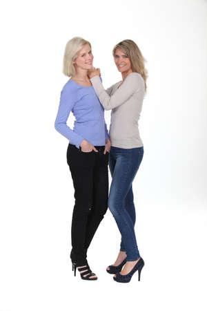 jeans apretados: Hermanas estuvieron juntos en el estudio Foto de archivo