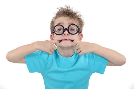 niños actuando: chico poner una cara graciosa