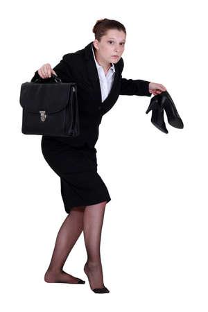 discreto: Una mujer de negocios dejando en silencio. Foto de archivo