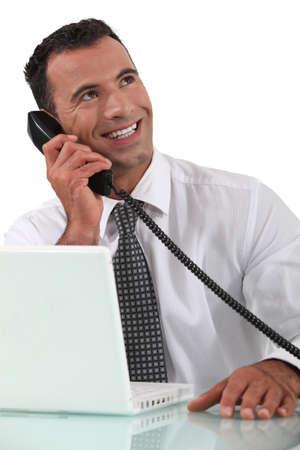 sirvientes: Empleado de oficina hablando por teléfono Foto de archivo