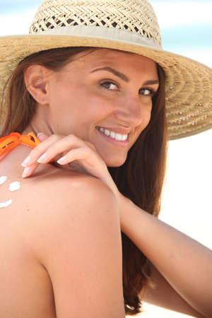suntanned: Woman applying sunscreen