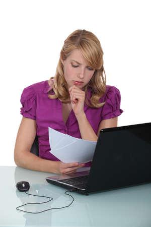 revisando documentos: Secretario revisión de documentos