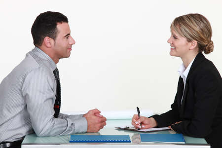 n�gociation: Un homme et une femme lors d'une interview. Banque d'images