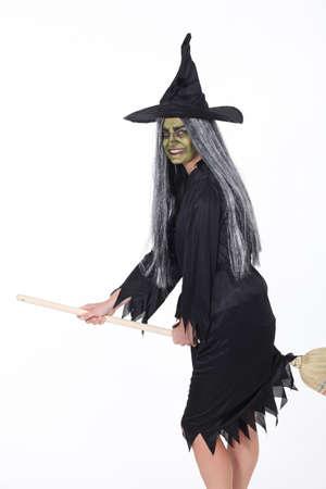 weerzinwekkend: vrouw verkleed in heks