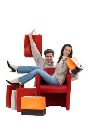 comprando zapatos: Pareja posando con sus bolsas de compras