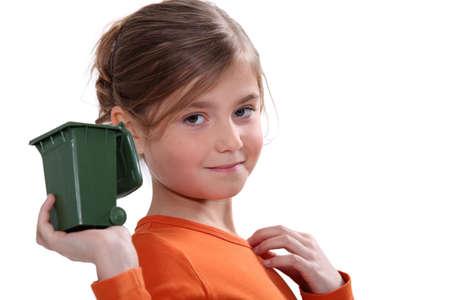 niños reciclando: Chica celebración Mini reciclado bin Foto de archivo