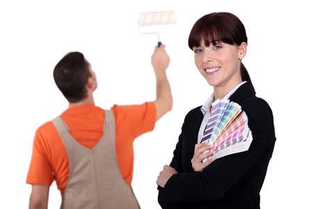 カラー サンプルを保持している女性