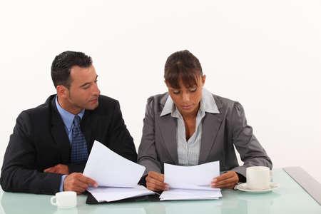 Los profesionales de negocios revisando los informes Foto de archivo