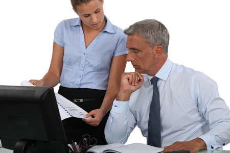 perdidas y ganancias: El hombre y la mujer mirando los resultados financieros
