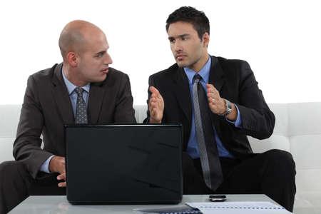uneasiness: Preocupados asociados de negocios