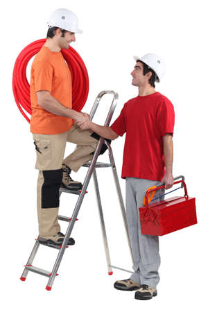 companionship: Trabajadores de la construcción handshaking Foto de archivo