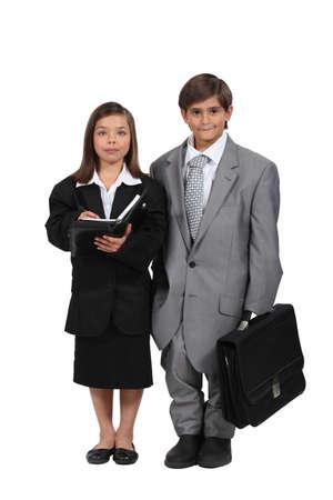 작은 아이는 비즈니스 사람들이 같은 옷을 입고 스톡 콘텐츠