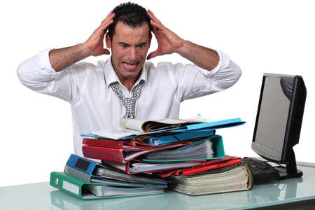 oficinista: Oficina trabajador con exceso de trabajo