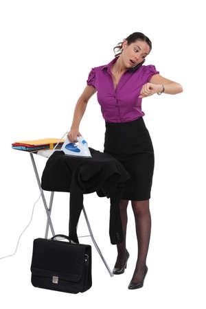 hetzen: Gesch�ftsfrau in einer eilig B�geln ihrem Anzug