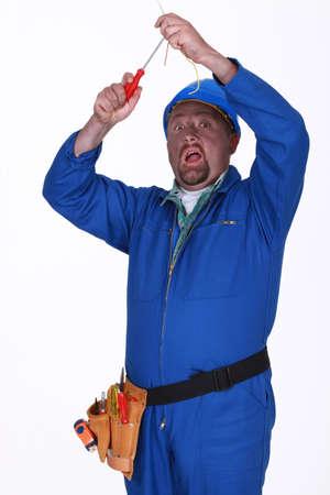 descarga electrica: Electricista de conseguir un choque