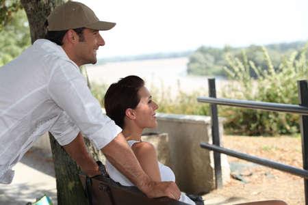 verlobt: Paar sitzt auf einer Bank