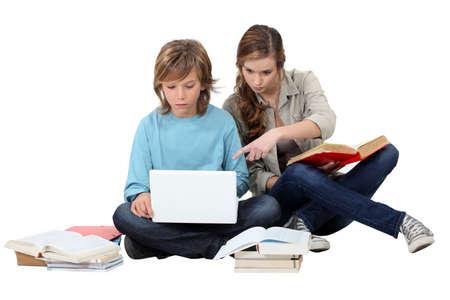 niños escribiendo: Dos niños de revisar juntos
