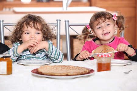 plato del buen comer: Retrato de dos niños en el desayuno
