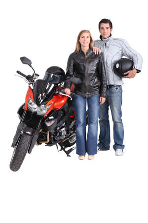 casco de moto: Ciclismo pareja con una motocicleta roja