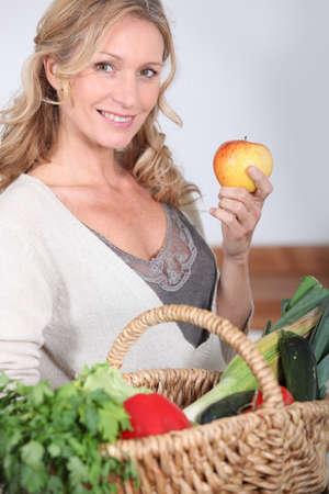 pareja comiendo: Esposa celebraci�n de manzana