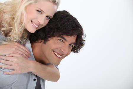 rubia ojos azules: Pareja de enamorados mirando feliz Foto de archivo
