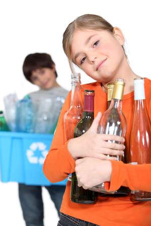ni�os reciclando: Ni�os reciclando botellas de vidrio