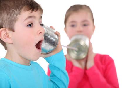tin cans: Kinderen spelen met blikjes