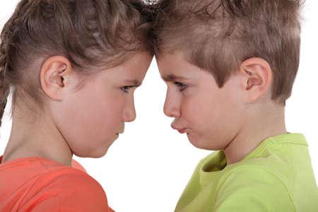 personas discutiendo: Los niños pouting cara a cara