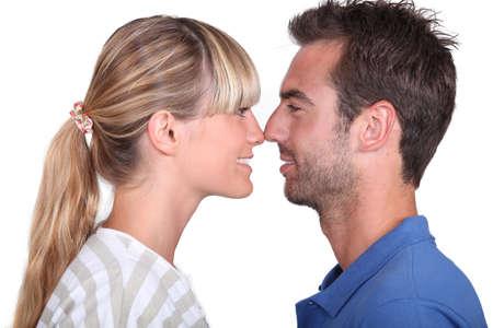 perfil de mujer rostro: pareja frotando narices Foto de archivo