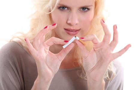 uñas pintadas: La mujer rubia dejar de fumar Foto de archivo