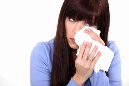 mujer llorando: mujer joven llorando