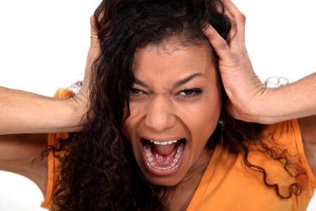 mujer enojada: Retrato de una joven gritando