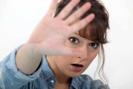 objecion: Mujer que oculta su cara con la mano