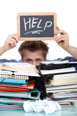 deberes: Estudiante inundado bajo papeleo