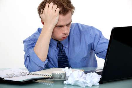 desperate: Hombre tensionado sentó en el escritorio