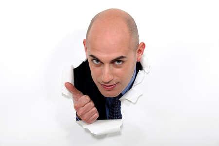 bald man: Hombre calvo que estalla a través de cartel dando pulgar hacia arriba