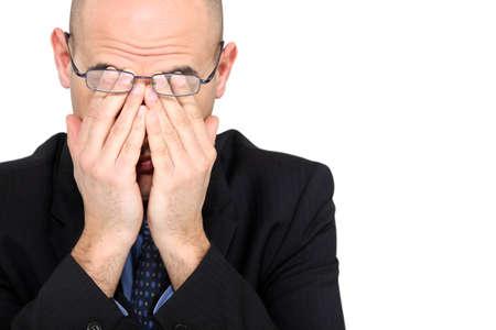 male headache: Hombre de negocios cansado frot�ndose los ojos Foto de archivo