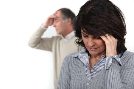 personas discutiendo: Una pareja de mediana edad que tiene una lucha