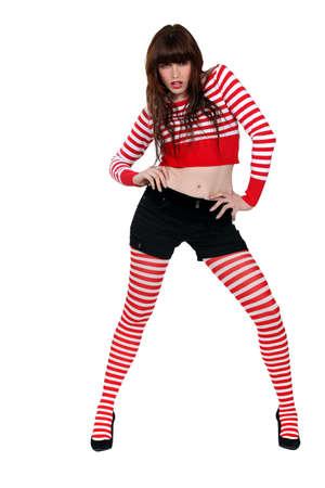 beine spreizen: Frauen in roten Streifen gekleidet
