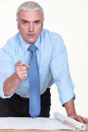 dedo indice: Ingeniero señalando con el dedo